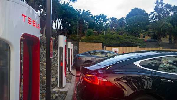 Бесплатные заправочные станции TESLA Supercharger